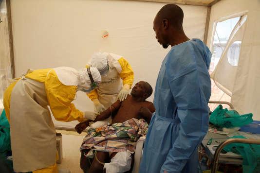Du personnel médical traite un patient affecté par le virus Ebola, dans un centre médical de Beni, en République démocratique du Congo, le 31 mars.