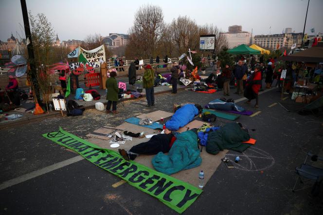 Des militants écologistes d'Extinction Rebellion bloquent le pont de Waterloo, mercredi17avril, à Londres.