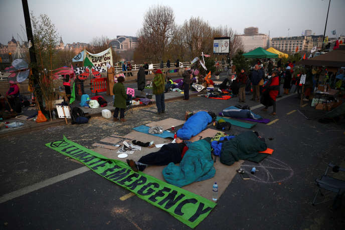 Des militants écologistes d'Extinction Rebellion bloquent le pont de Waterloo, mercredi 17 avril, à Londres.