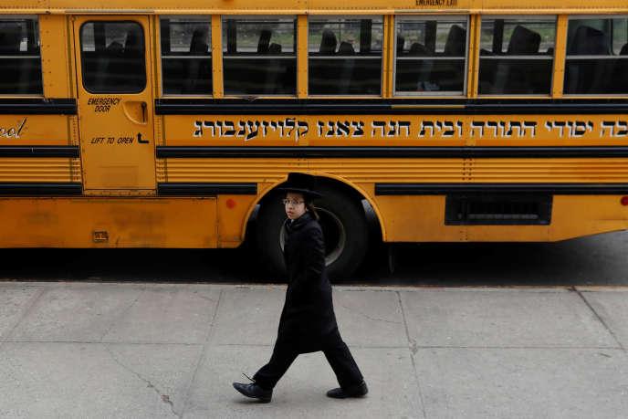 Devant une école juive orthodoxe du quartier de Brooklyn, à New York, le 9 avril.