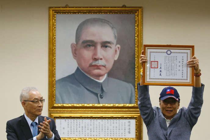 Terry Gou (à droite), à Taipei, le 17 avril, devant un portrait de Sun Yat-sen, fondateur du Kouomintang.