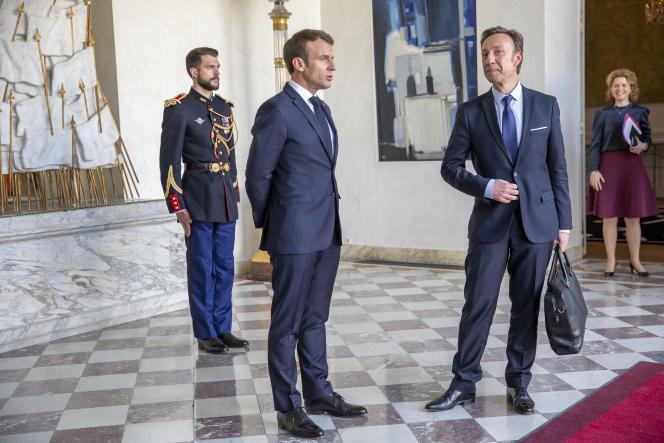Stéphane Bern reçu par le président Emmanuel Macron pour une réunion sur la reconstruction de Notre-Dame de Paris, à l'Elysée, le 17 avril.