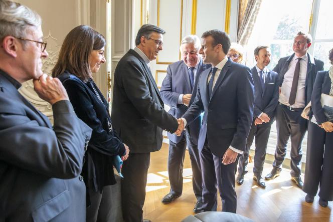 Mgr Patrick Chauvet, Anne Hidalgo et Mgr Michel Aupetit, Gérard Larcher et Emmanuel Macron participent à une réunion de lancement de la reconstruction de la Cathédrale de Notre-Dame de Paris au Palais de l'Elysée à Paris, mercredi 17 avril.