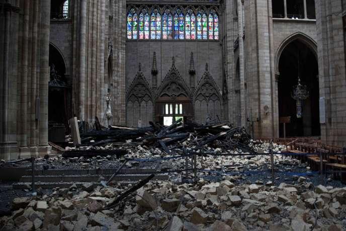 «Existe-t-il une hiérarchie des causes philanthropiques?» (L'intérieur de Notre-Dame de Paris au lendemain de l'incendie du 15 avril).