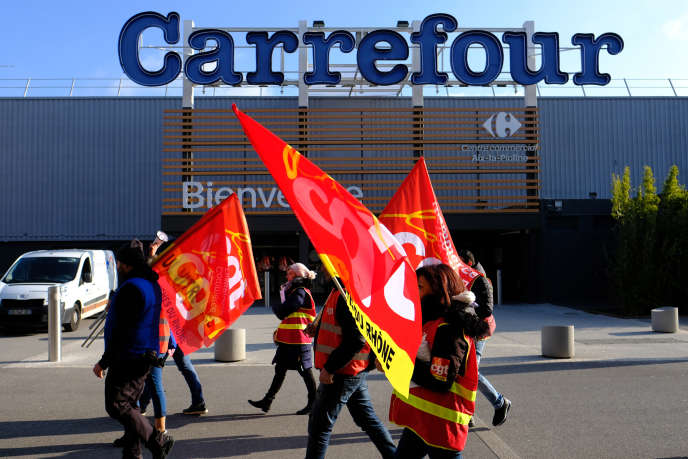 A Aix en Provence, des salariés de Carrefour protestent contre des suppressions d'emplois, le 8 février 2018.