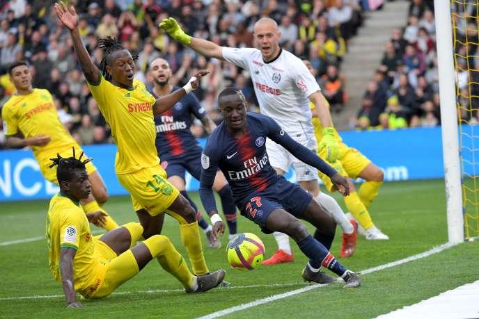Le milieu de terrain du PSG Moussa Diaby face au Nantais Edgar Lé sur le terrain de la Beaujoire, le 17 avril.