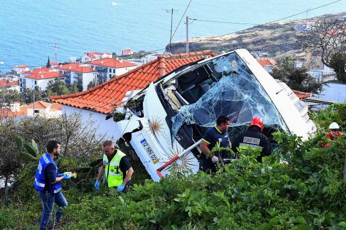 Sur les lieux de l'accident qui a coûté la vie à 29touristes allemands, sur l'île de Madère, auPortugal, le 17avril.