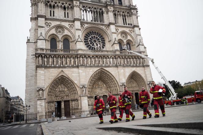 Sur le parvis de Notre-Dame de Paris au lendemain de l'incendie, le 16 avril.