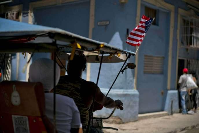 Un drapeau des Etats-Unis sur une moto à La Havane, Cuba, le 17 avril.