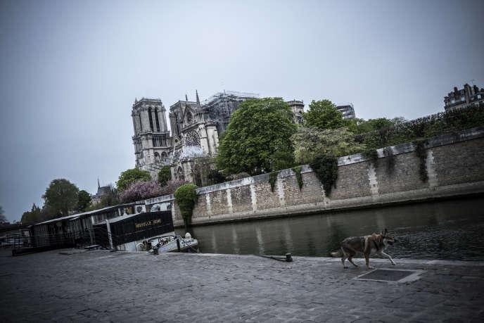 Aux abords de la cathédrale Notre-Dame de Paris, le mardi 16 avril.