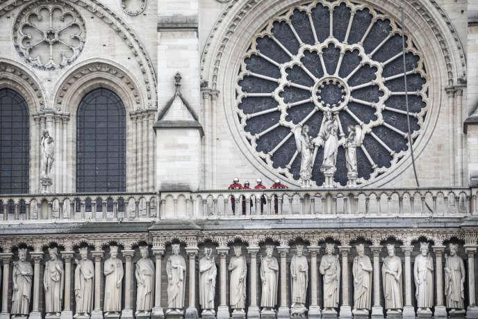 Des sapeurs-pomiers inspectent la cathédrale, au lendemain matin de l'incendie de Notre-Dame de Paris, le 16 avril.