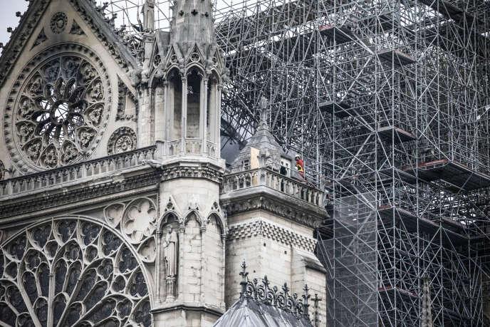 Paris, le 16 avril. Un sapeur-pompier, au lendemain matin de l'incendie de Notre-Dame de Paris, en haut de la cathédrale.