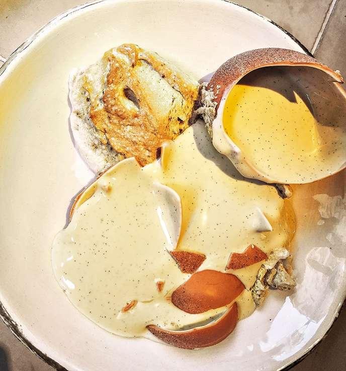 Plutajući otok predstavlja se na izvoran način: krema se skriva u bijelom čokoladnom jajetu koje se na bijelom mora razbiti u snijegu.