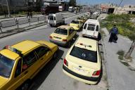 Des voitures attendent, près d'une station essence à Alep (Syrie), le 11 avril.