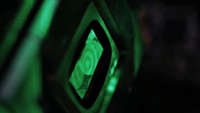 Le laser vert est réfléchi sur le modulateur spatial, au centre de l'image, composé de millions de micro-miroirs qui encodent dans le faisceau les données numériques à traiter. OLIVIER LALY
