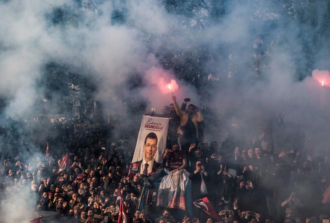 Des partisans d'Ekrem Imamoglu, le 17 avril à Istanbul.