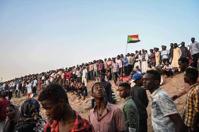 Des manifestants soudanais aux abords d'un complexe militaire à Khartoum, le 18 avril.