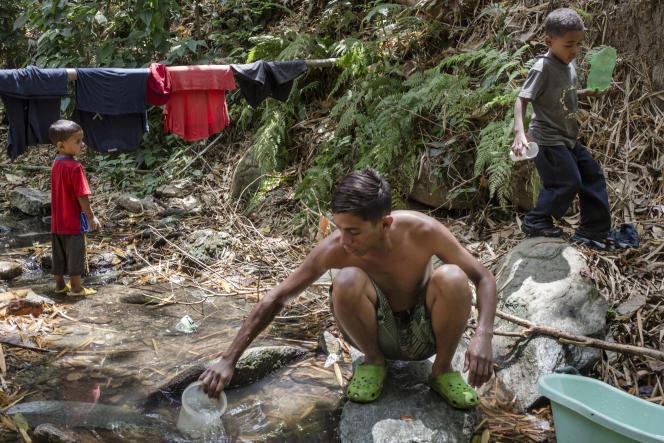 Au parcRomulo-Gallegos, à Caracas. Les coupures d'électricité ont affecté le réseau d'eau de la capitale.