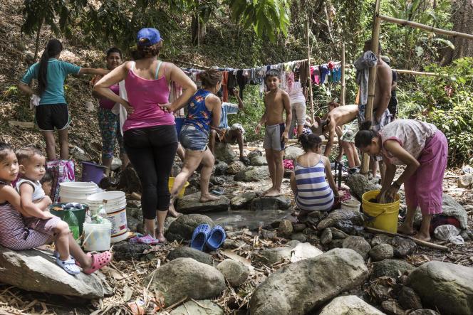 Au parcRomulos-Gallegos, à Caracas. Des habitants viennent laver leur linge et s'approvisionner en eau.
