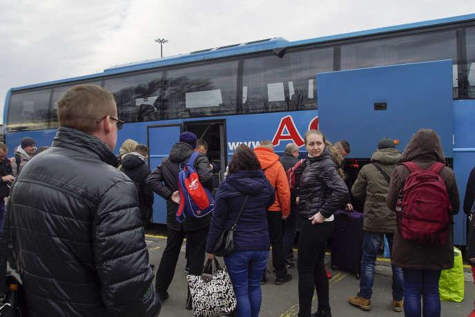 Des Ukrainiens arrivent à Varsovie, le 10 mars.