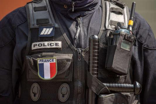 Un policier en uniforme à Marseille, le 12 avril.