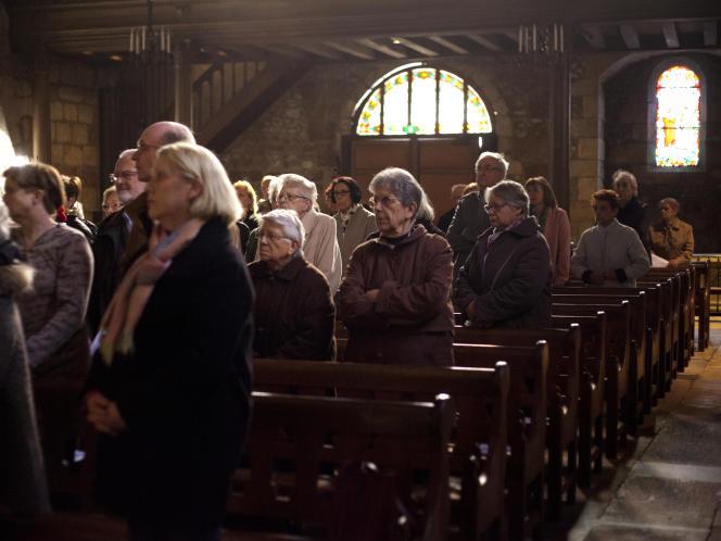 Durant la messe de réparationà Montluçon, le 12 avril.