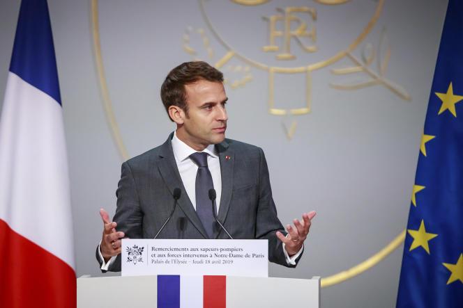 Emmanuel Macron le 18 avril, lors d'une cérémonie d'hommage aux pompiers.