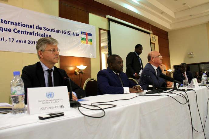 De gauche à droite : Jean-Pierre Lacroix, secrétaire général adjoint de l'ONUen charge des opérations de maintien de la paix ; Firmin Ngrebada, premier ministre centrafricain ; et Smaïl Chergui, commissaire de l'Union africaine en charge de la paix et de la sécurité, lors de la réunion du Groupe international de soutien (GIS) à la RCA, à Bangui, le 17 avril 2019.