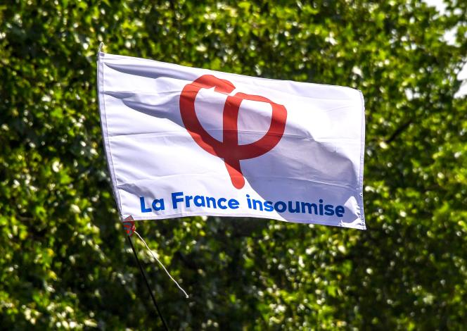 Le drapeau de la France insoumise.