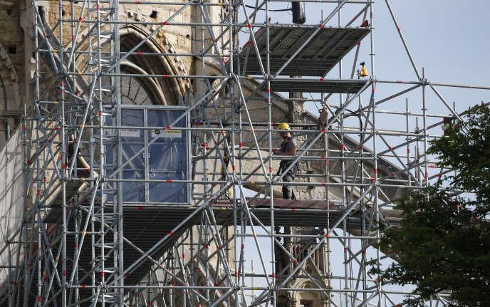 Un ouvrier travaille sur une façade de la cathédrale de Notre-Dame de Paris, jeudi 18 avril 2019.