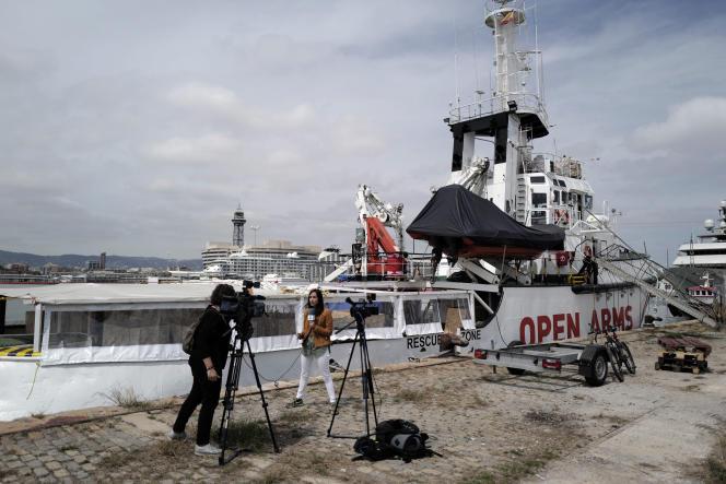 A Barcelone, devant le bateau d'une ONG secourant les migrants, le 17 avril 2019.