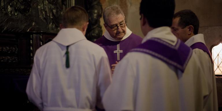 Le père Millet et lesprêtres autour du tabernacle qui a été fracturé.