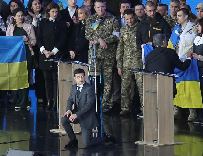 Volodymyr Zelensky s'est mis à genoux«en hommage aux pères, mères et enfants de ceux qui sont morts» à la guerre.