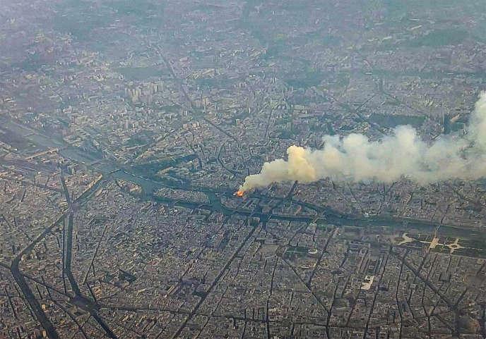 L'incendie de Notre-Dame vu du ciel, lundi 15 avril 2019.
