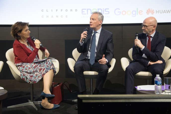 Le ministre de l'économie, Bruno Le Maire, lors du Club de l'économie du« Monde», jeudi 18 avril, entouré des éditorialistes Sylvie Kauffmann et Philippe Escande.