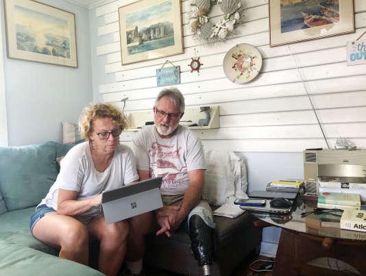 Eileen O'Brien, 65 ans, et Michael O'Brien, 62 ans, lisent la version numérique du rapport de Robert Mueller chez eux à Clearwater, Floride, Etats-Unis, le 18 avril 2019.