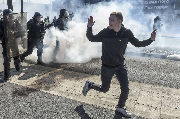 Un «gilet jaune» est repoussé par les forces de l'ordre lors d'une manifestation à Saint-Herblain (Loire-Atlantique), le 23 mars.