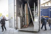 Des employés transportent les oeuvres présentes dans Notre-Dame de Paris le 19 avril.