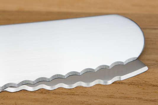 Le couteau à pain Victorinox à lame incurvée (sur le dessus) a des dents pointues, alors que le ITK de Tojiro (en dessous) a des dents en demi-lune, dites cannelées.