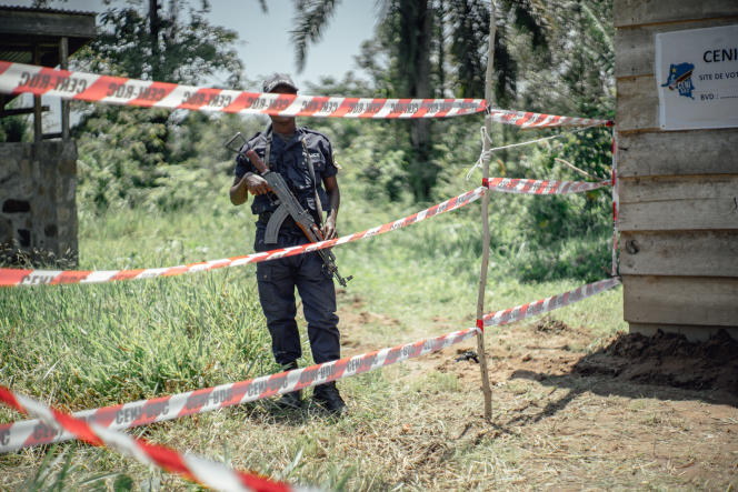 Un policier garde un bureau de vote à Beni (République démocratique du Congo), le 31 mars.