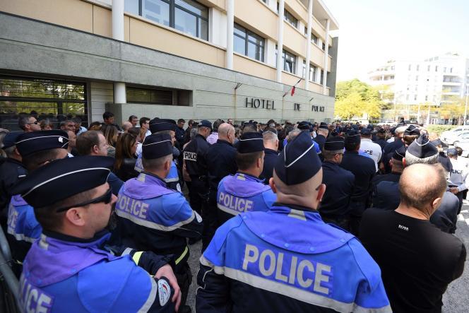 Les policiers n'ont habituellement pas le droit de manifester en tenue et sont soumis à un devoir de réserve.