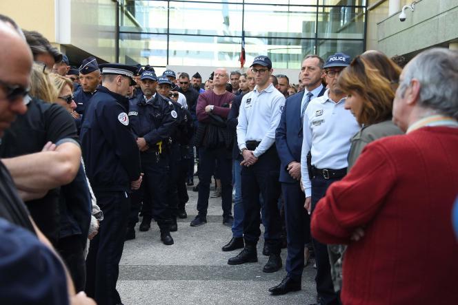 Des policiers se réunissent devant leur commissariat de Montpellier, après le suicide d'une de leurs collègues, le 19 avril.