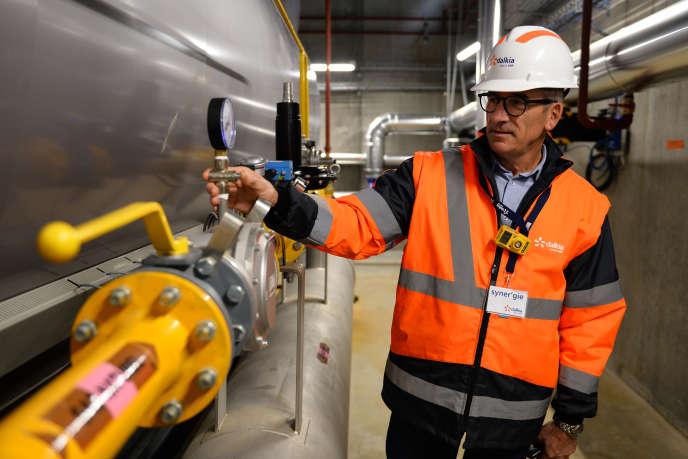 Un employé de Dalkia EDF vérifie des chaudières à gaz au Mans, le 16 novembre 2018.