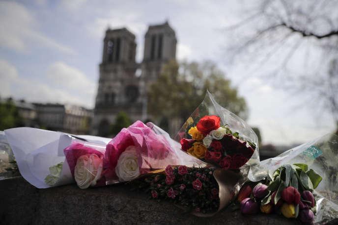 Des fleurs déposées en hommage devant Notre-Dame de Paris, le 17 avril.
