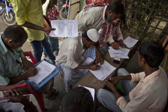 Gauhati (Assam), le 13 août 2018. Ces habitants, dont les noms ont été exclus du« registre national des citoyens», remplissent des formulaires en vue de prouver leur nationalité indienne.