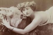 Colette (1873-1954) posant sur une peau de lion, album Reutlinger, vers 1907.