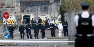Des officiers de police sur le lieu où est morte la journaliste Lyra McKee, à Derry, le 19 avril.
