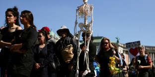 Climate change activists participate in a funeral march during the Extinction Rebellion protest in Vienna, Austria April 19, 2019. REUTERS/Lisi Niesner