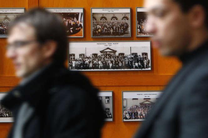 Des étudiants de l'ENA, en janvier 2009, à Paris.
