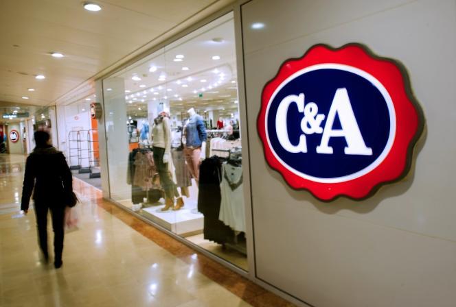 Devant un magasin C&A, à Bailleul (Nord), en février 2014.